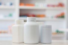 许多有药物迷离架子的医学瓶  库存图片