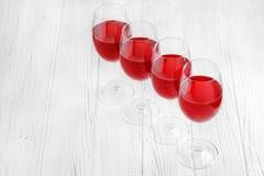 许多杯在一张木桌上的伯根地法国葡萄酒 顶视图 库存照片