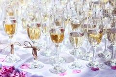 许多杯在桌或香槟婚礼事件的酒 免版税库存照片