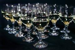 许多杯在黑酒吧柜台的另外酒 免版税库存照片