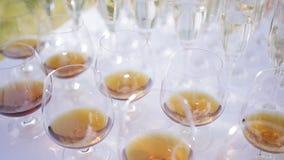 许多杯威士忌酒和香槟 矮茶几 股票录像