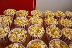 许多杯子用在逆特写镜头的玉米花 免版税库存照片