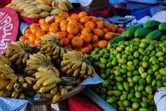 许多果子在市场上被卖 库存图片