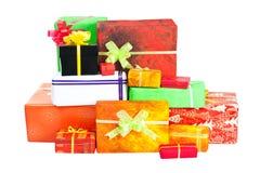 许多查出在白色的圣诞节礼物 图库摄影
