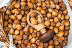 许多榛子和薄脆饼干在柳条筐 免版税库存照片