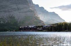 许多横跨湖的冰川旅馆 库存照片