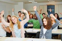 许多欢呼的学生 免版税库存图片