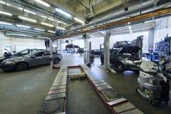 许多汽车在汽车车库站立用特别设备 免版税库存图片