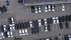 许多汽车顶面鸟瞰图在停车场或销售车商市场上的 股票录像
