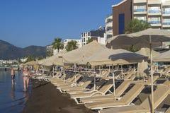许多沙滩伞 免版税库存图片