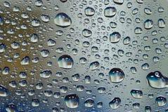 在玻璃墙上的水下落 免版税图库摄影