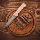 许多混合了被烘烤的面包和卷在土气木桌上 图库摄影