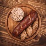 许多混合了被烘烤的面包和卷在土气木桌上 免版税图库摄影