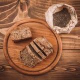 许多混合了被烘烤的面包和卷在土气木桌上 免版税库存照片