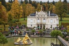 许多游人参观Linderhof宫殿 免版税库存图片