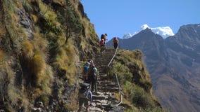 许多游人和搬运工在岩石卢克拉Namche道路登高并且下降在Manjo村庄附近 股票视频