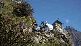 许多游人和搬运工在岩石卢克拉Namche道路登高并且下降在Manjo村庄附近 股票录像