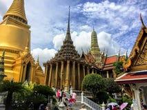 许多游人和本机是繁忙的观察和走在著名曼谷大皇宫和曼谷玉佛寺附近 库存照片