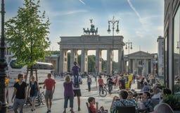 许多游人和柏林人是在Pariser普拉茨在勃兰登堡门旁边 免版税库存照片