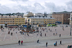 许多游人和游览车在纪念碑附近 免版税库存照片