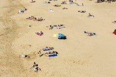 许多游人在一个晴天享用Papagayo海滩 库存图片