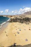 许多游人在一个晴天享用Papagayo海滩 免版税库存照片