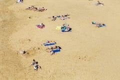 许多游人在一个晴天享用Papagayo海滩 库存照片