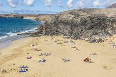 许多游人在一个晴天享用Papagayo海滩 免版税库存图片