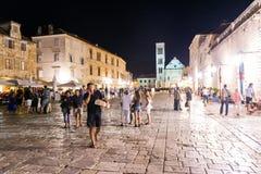 许多游人在克罗地亚参观赫瓦尔岛镇在赫瓦尔岛海岛上的  免版税库存图片