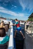 许多游人在圣彼德堡享受小船旅行 库存照片