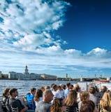 许多游人在圣彼德堡享受小船旅行 免版税库存图片