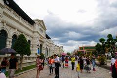 许多游人来参观盛大宫殿,曼谷,泰国 免版税库存图片