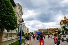 许多游人来参观盛大宫殿,曼谷,泰国 免版税库存照片