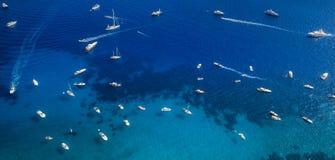 许多游艇和小船在海在卡普里岛海岛,意大利附近 免版税库存图片