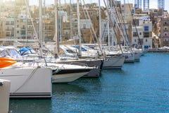 许多游艇在海湾停放了地中海 免版税库存照片