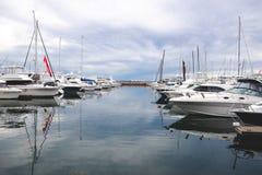 许多游艇在港口停泊了在码头新堡反对多云 免版税库存照片