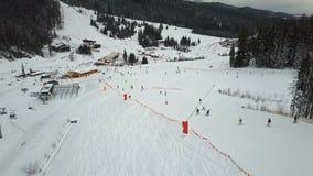 许多滑雪者和挡雪板下降在滑雪倾斜下 影视素材