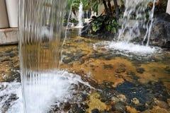 许多瀑布到一个岩石池塘里 免版税库存图片