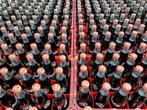 许多炼焦或在的可口可乐瓶交付的塑料筐到顾客 库存图片