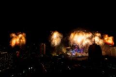 许多烟花五颜六色的爆炸飞行夜空 库存图片