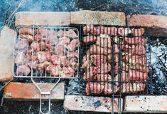 许多烤在格栅的肉片 免版税图库摄影