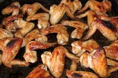 许多烤箱被烘烤的鸡翼 库存图片