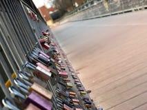 许多爱在桥梁的锁 免版税库存照片