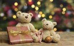 许多玩具熊和圣诞老人成套装备在一个老葡萄酒手提箱 库存照片