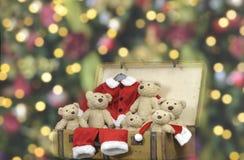 许多玩具熊和圣诞老人成套装备在一个老葡萄酒手提箱 库存图片
