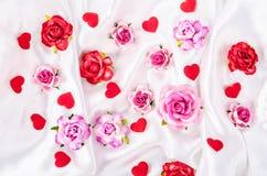 许多玫瑰和红色心脏 库存照片