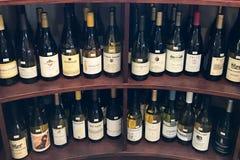 许多瓶在两个架子的酒精 库存照片