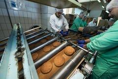 许多甜蛋糕食物工厂巨型的生产 图库摄影
