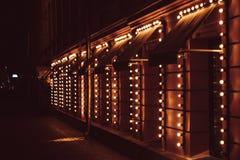许多电灯泡,在大厦美妙地发光 图库摄影