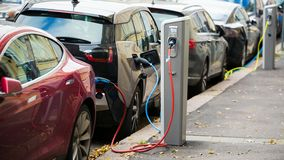 许多电车由在停车场的充电站充电 在驻地闪光的带电指示器 股票视频